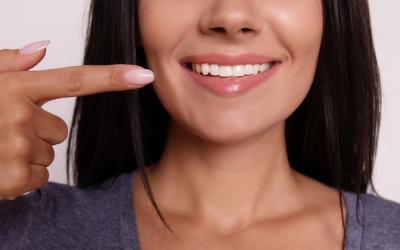 ¿Tienes manchas blancas en los dientes? Descubre cuáles son sus causas y tratamientos